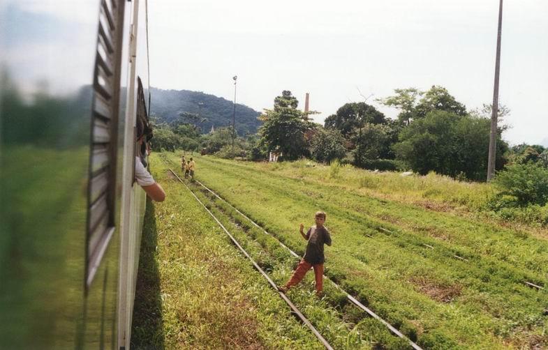 bambini che salutano al passaggio del treno